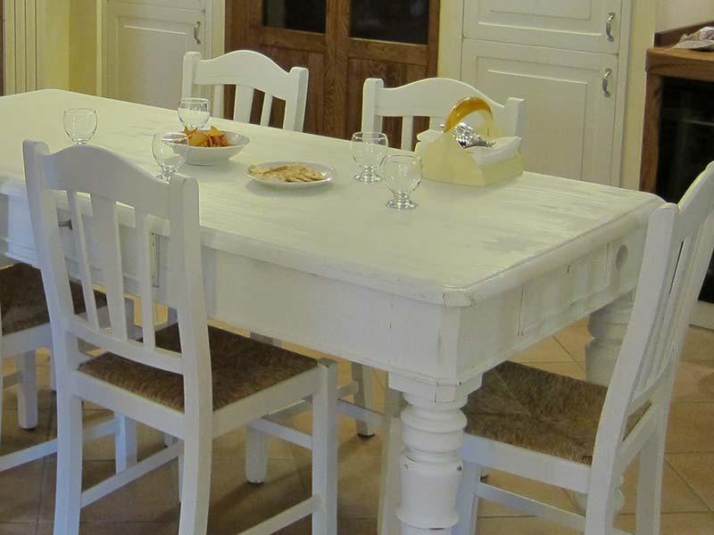 Tavolo laccato bianco e anticato